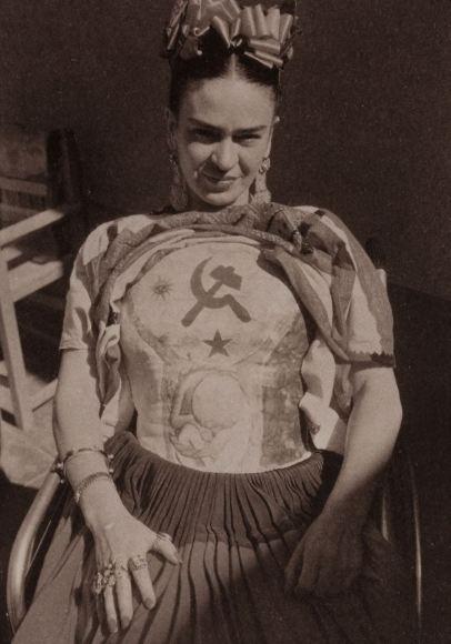 Frida Kahlo mostra um de seus coletes pintados, com o símbolo do Partico Comunista.