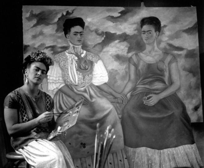 Frida_Kahlo_Pintando_Autorretrato