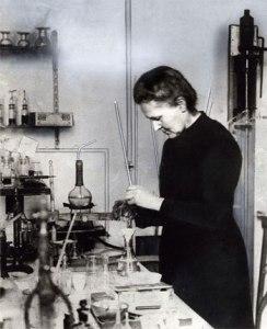Marie_Curie_Trabalhando_no_Laboratório